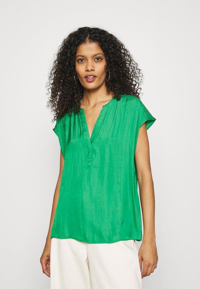 ESSENTIAL - Printtipaita - hula green