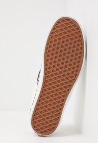 Vans - UA COMFYCUSH SLIP-ON - Slip-ons - white - 4