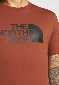 The North Face - M S/S EASY TEE - EU - T-shirt med print - brandy brown - 5