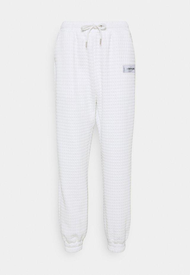 WAFFLE PANT - Teplákové kalhoty - white