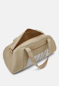 Nike Performance - GYM CLUB - Bolsa de deporte - parachute beige/vast grey - 3