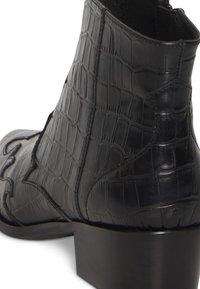 ICHI - IAWESTERN CROCO FW - Ankle boots - black - 4