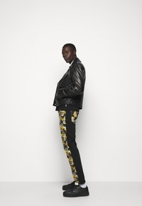 Versace Jeans Couture - TELO NEW LOGO - Slim fit jeans - nero - 5