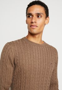 Tommy Hilfiger - CLASSIC CABLE CREW NECK - Stickad tröja - brown - 5