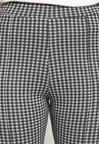 Miss Selfridge Petite - CHECK PONTE TROUSER - Trousers - mono - 4