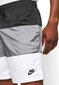 Nike Sportswear - Shorts - black/smoke grey/white - 3