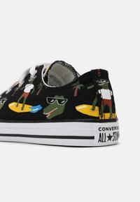 Converse - CHUCK TAYLOR ALL STAR OX UNISEX - Sneakers laag - black/multi/white - 4
