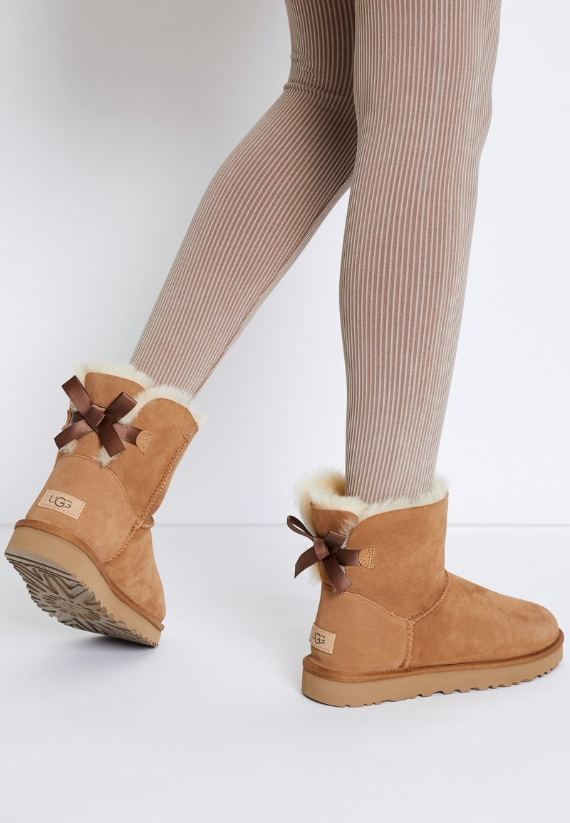 UGG - MINI BAILEY BOW - Stiefelette - chestnut