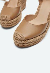 Uterqüe - Sandalen met hoge hak - light brown - 4