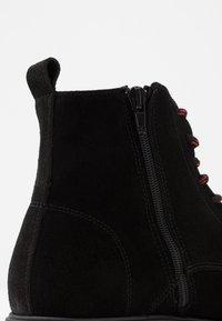LAST STUDIO - CAIO - Šněrovací kotníkové boty - black - 5