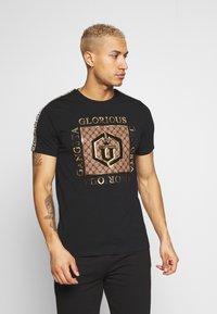 Glorious Gangsta - VASILI  - T-shirt z nadrukiem - black - 0