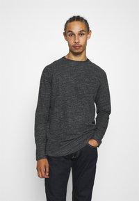 Jack & Jones - JCOOZIL TEE CREW NECK - Stickad tröja - black melange - 0
