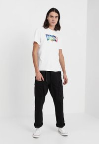 Levi's® - HOUSEMARK GRAPHIC TEE - T-shirt med print - white - 1