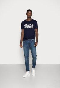 Jack & Jones - JJECORP LOGO TEE O-NECK - T-shirt z nadrukiem - navy blazer - 1
