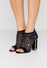 Kat Maconie - GILLI - Kotníková obuv na vysokém podpatku - black/multicolor - 0