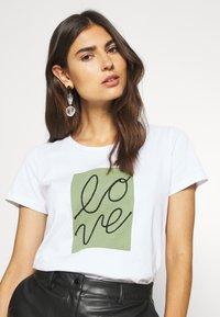 Cream - FLORA - Print T-shirt - snow white - 3