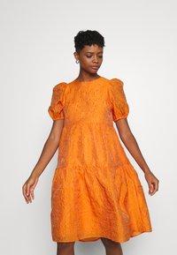 YAS - YASSOLERO HI LOW DRESS - Vardagsklänning - orange peel - 0