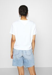 Tommy Jeans - BADGE TEE - T-shirt basique - white - 2