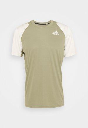 CLUB TEE - Print T-shirt - orbit green/white