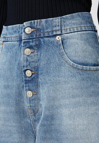 MM6 Maison Margiela - PANTS POCKETS - Relaxed fit jeans - vintage used/blue - 7