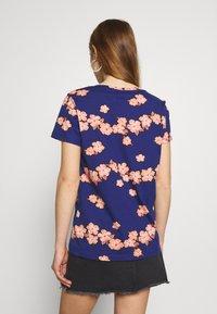 Scotch & Soda - PRINTED BOXY FIT TEE - T-shirts med print - blue/pink - 2