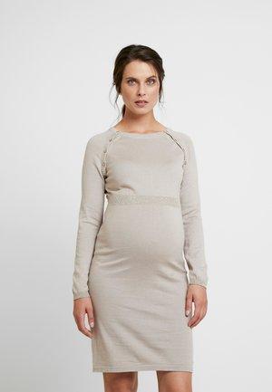 DRESS - Pletené šaty - camel