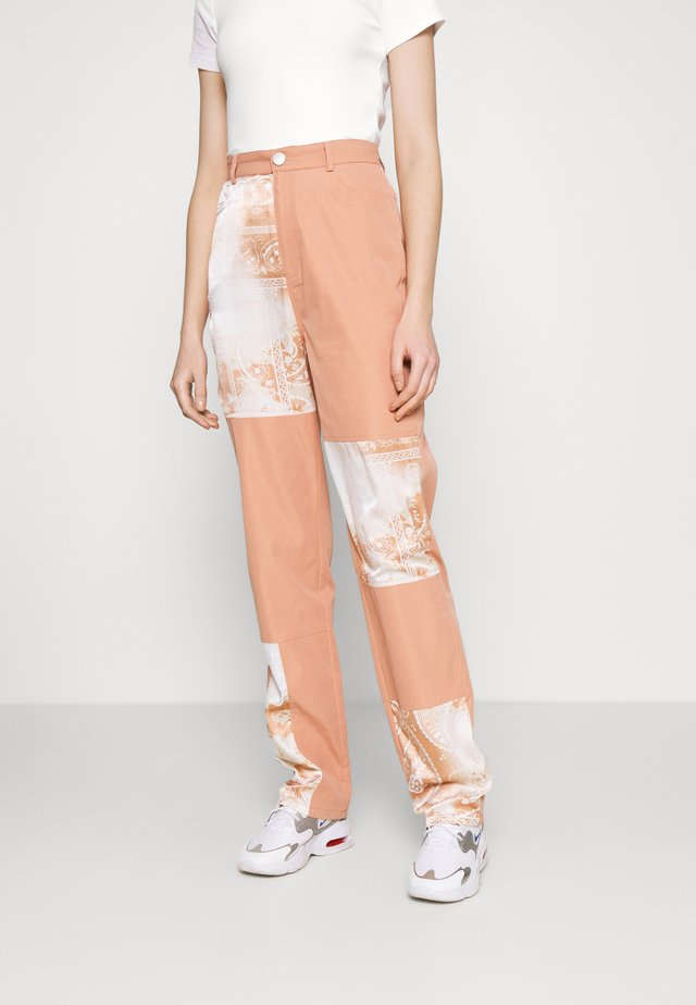 PAISLEY PATCH DETAIL TROUSER - Pantaloni - peach
