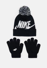 Nike Sportswear - POM BEANIE GLOVE SET - Gloves - black - 0