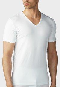 mey - T-SHIRT V-NECK SERIE DRY COTTON - Undershirt - white - 0