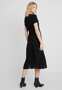 Calvin Klein Jeans - LOGO SLIM TEE - T-shirt z nadrukiem - black - 3
