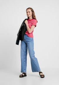Tommy Jeans - ESSENTIAL STRIPE TEE - T-shirt imprimé - claret red - 1