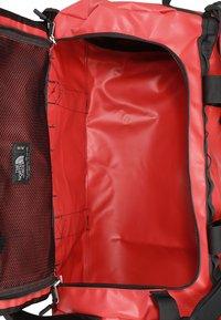 The North Face - BASE CAMP DUFFEL M UNISEX - Sportväska - red/black - 5