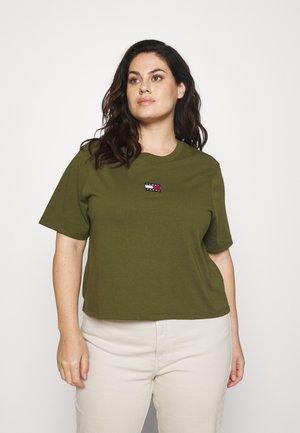 CENTER BADGE TEE - Print T-shirt - northwood olive