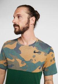 Nike Performance - DRY CAMO - T-shirt z nadrukiem - cosmic bonsai/team gold/black - 3