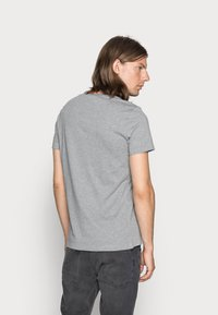 Calvin Klein Jeans - SMALL INSTIT LOGO CHEST TEE - Basic T-shirt - grey - 2
