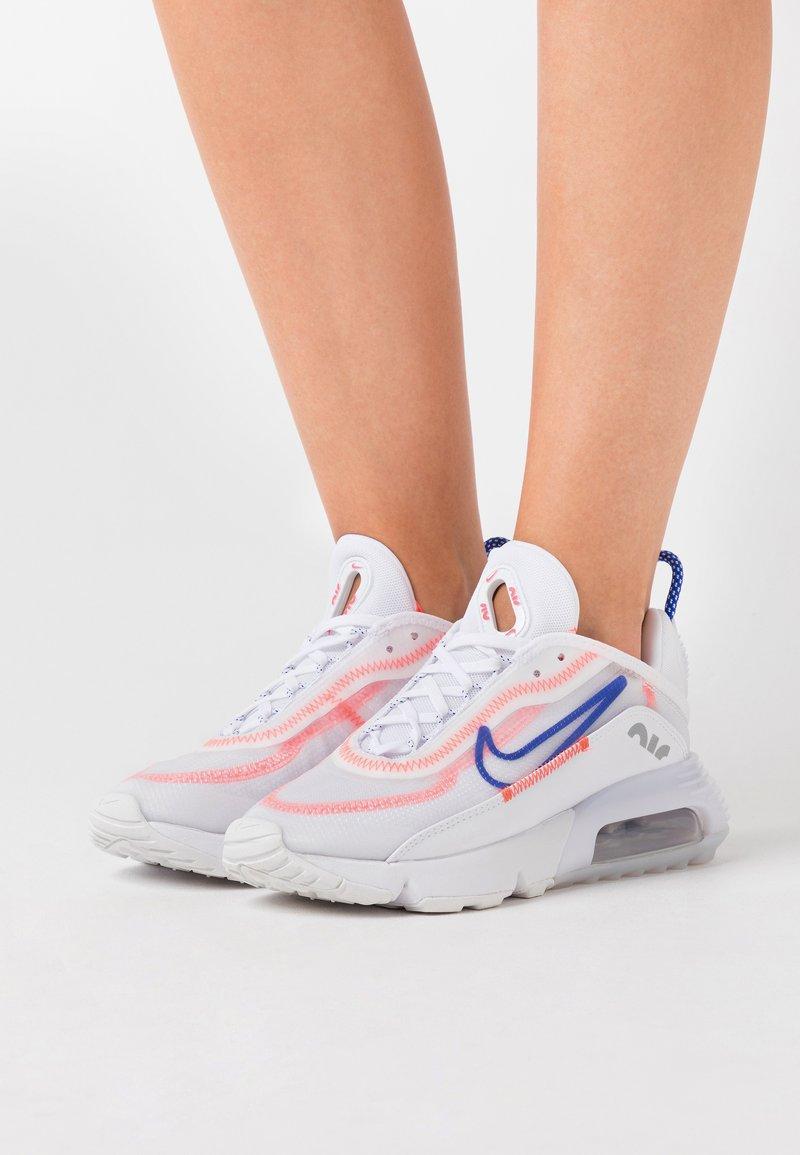 Nike Sportswear - AIR MAX 2090 - Sneakers laag - white/racer blue/flash crimson/metallic silver