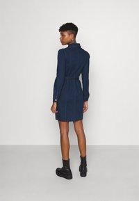 ONLY - ONLFLEUR LIFE PUFF DRESS - Denimové šaty - dark blue denim - 2