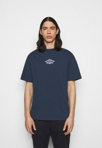 Han Kjøbenhavn - BOXY TEE FRONT - Print T-shirt - faded navy/white - 0