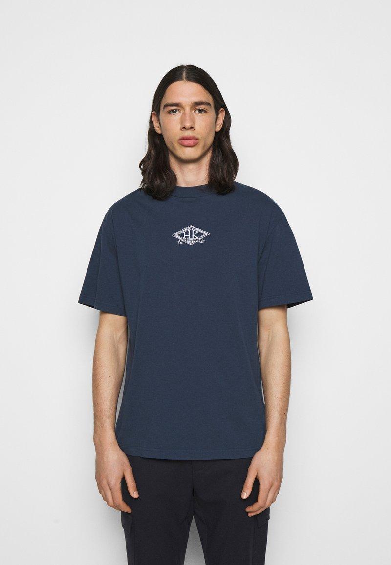 Han Kjøbenhavn - BOXY TEE FRONT - Print T-shirt - faded navy/white