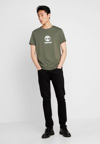 Timberland - STACK LOGO TEE - Print T-shirt - grape leaf - 1