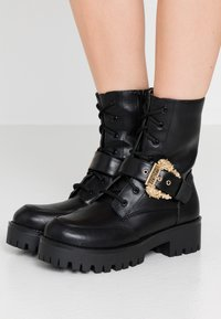Versace Jeans Couture - Plateaustiefelette - nero - 0
