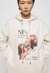 Mother of Pearl - PRINTED HOODIE WITH THICK - Mikina skapucí - oatmeal - 5
