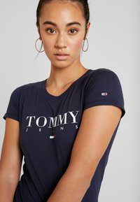 Tommy Jeans - ESSENTIAL SLIM LOGO TEE - T-shirts med print - black iris - 4