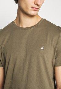 Jack & Jones - JORTIMES TEE CREW NECK 5 PACK - Basic T-shirt - dark blue/black/white/light grey/khaki - 9