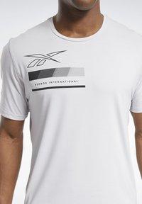 Reebok - ACTIVCHILL GRAPHIC MOVE T-SHIRT - Funktionsshirt - white - 3