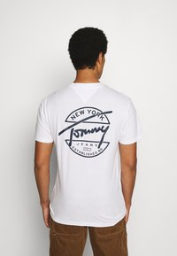 Tommy Jeans - ROUND BACK LOGO TEE - T-shirts print - white - 2