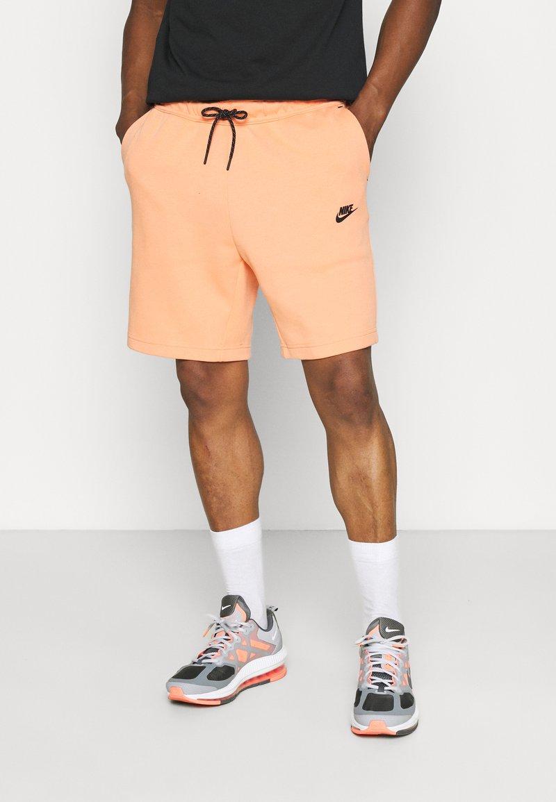Nike Sportswear - WASH - Shorts - orange frost/black