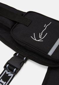 Karl Kani - TAPE UTILITY VEST BAG - Across body bag - black - 3
