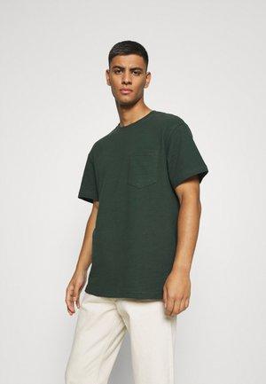 AKKIKKI STRUCTURE - Basic T-shirt - deep forrest
