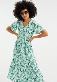 WE Fashion - MET BLOEMENDESSIN - Maxi dress - white - 0